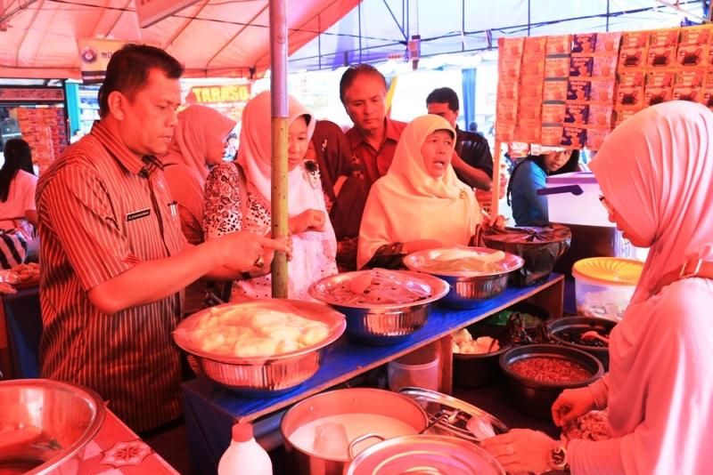 Kadis Kesehatan Elzadaswarman memeriksa makanan yang dijual di pasar pabukoan, guna mengantisipasi agar makanan tidak menggunakan bahan berbahaya.