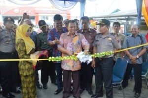 Wawako H. Suwandel Muchtar menggunting pita, tanda dibukanya pasar pabukoan di Jalan st. usman Payakumbuh, Kamis.